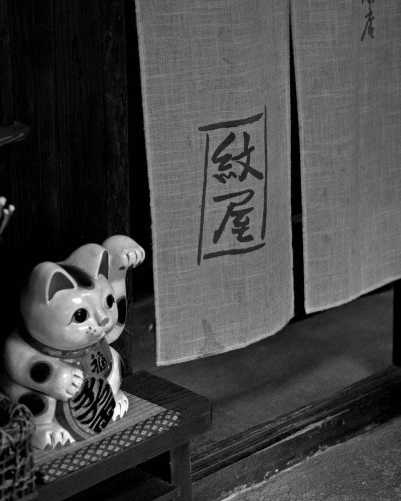 峠の茶屋の招き猫 モノクロ