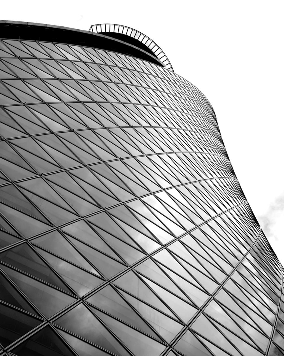 Spiral Towersを見上げた写真 モノクロ
