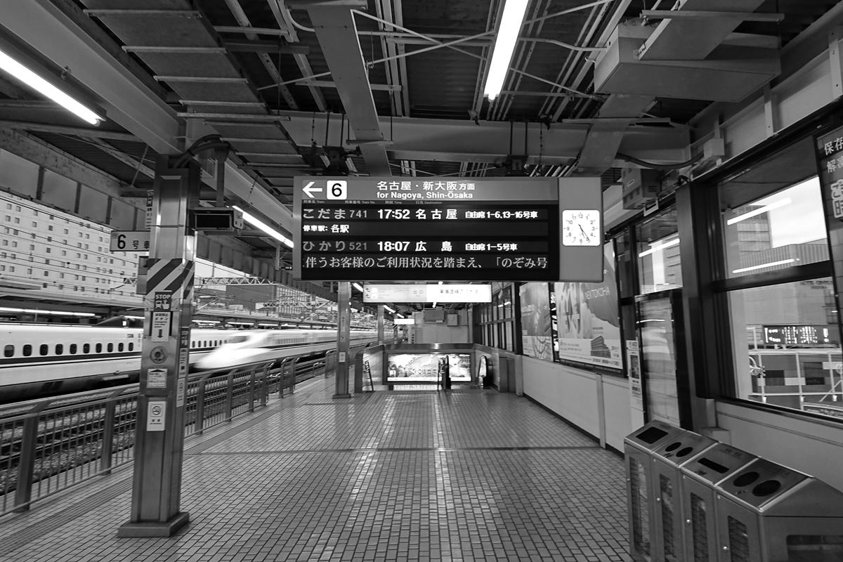 東海道新幹線静岡駅下りホームモノクロ
