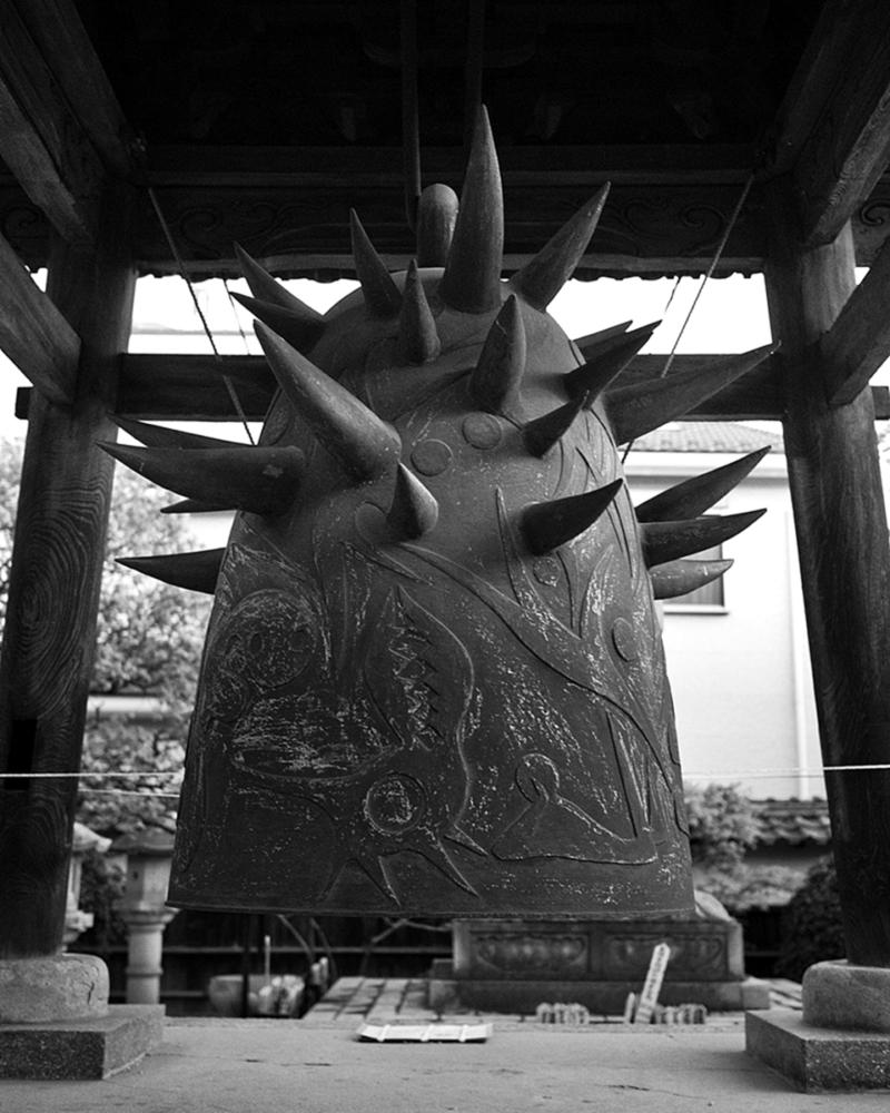 岡本太郎作歓喜の鐘 モノクロ