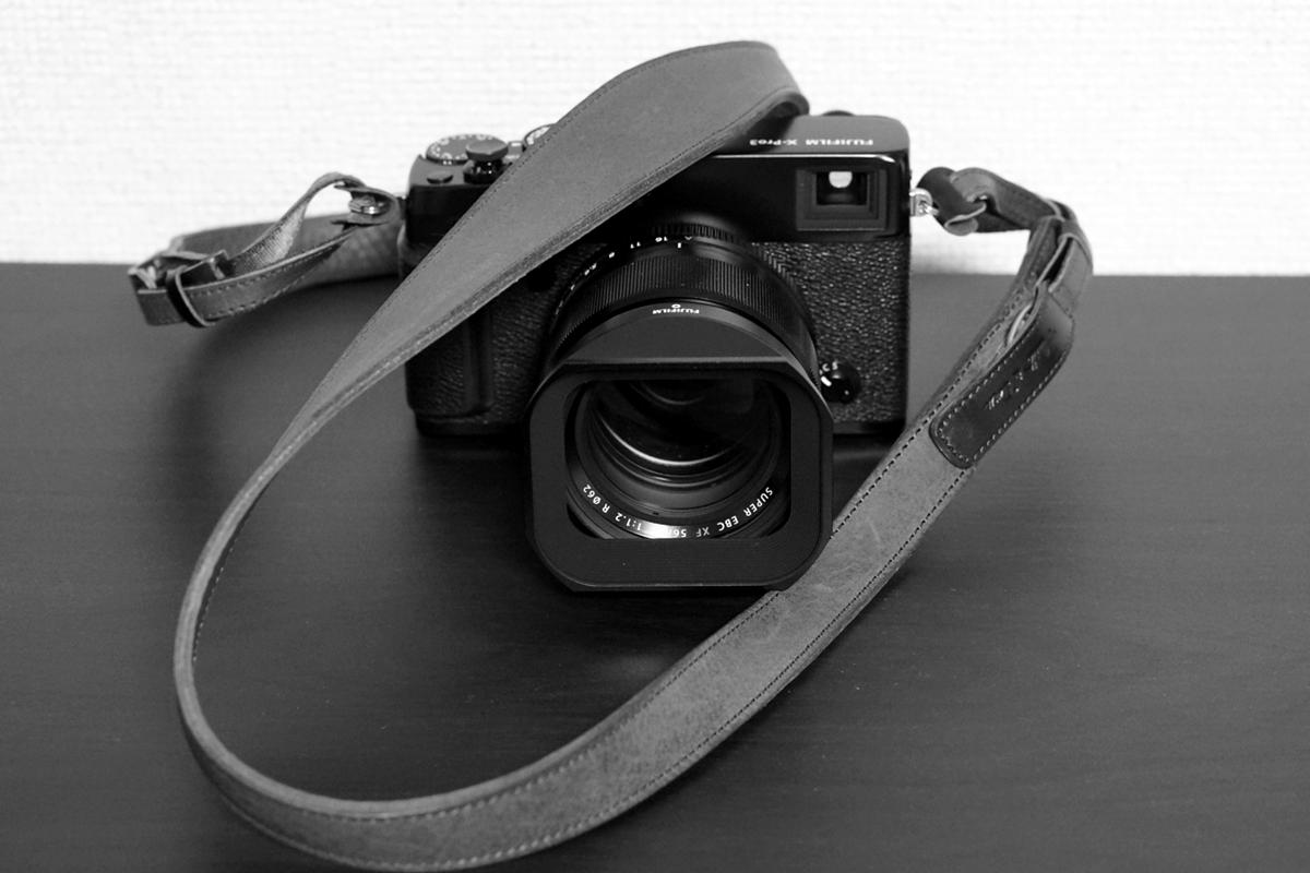 X-Pro3(カメラ)と「湖上の六花」(ストラップ)モノクロ